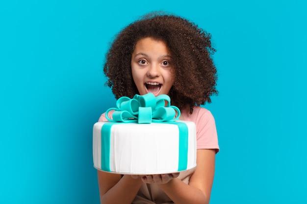 Adolescente bonita afro com um bolo de aniversário