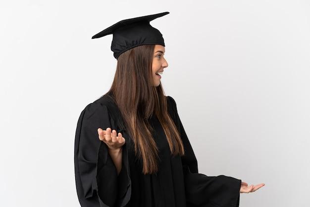 Adolescente brasileiro formado em universidade sobre fundo branco isolado com expressão de surpresa ao olhar de lado