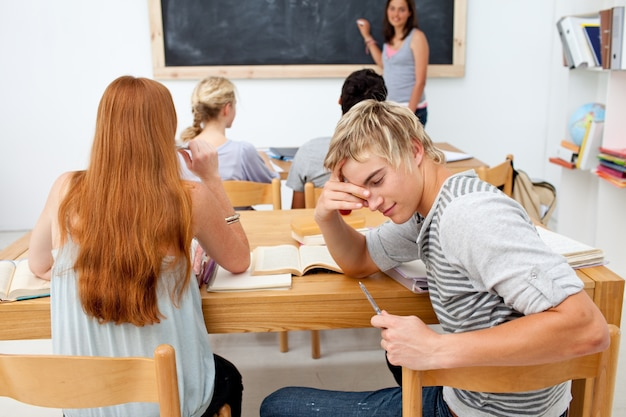 Adolescente cansado ficando entediado em uma aula