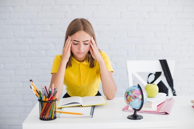 Adolescente cansado segurando a cabeça