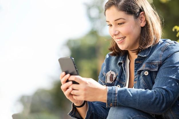 Adolescente casual navegando em seu smartphone