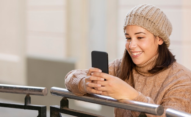 Adolescente casual navegando no celular