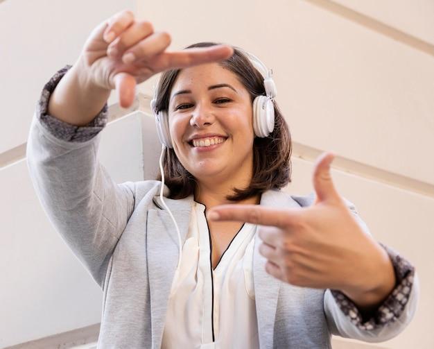 Adolescente casual ouvindo música ao ar livre