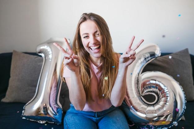 Adolescente, celebrando, aniversário, com, balões