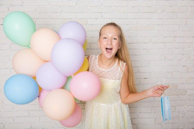Adolescente com balões em casa