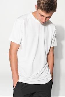 Adolescente com camiseta branca e roupas básicas para jovens