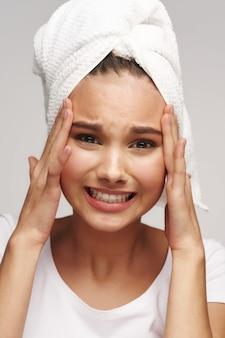 Adolescente com nojo de acne facial, conceito de cuidados com a pele