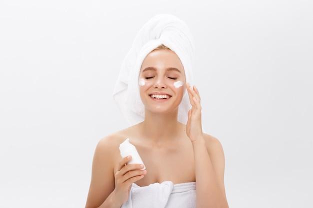 Adolescente com pele limpa perfeita, close-up rosto isolado no fundo branco