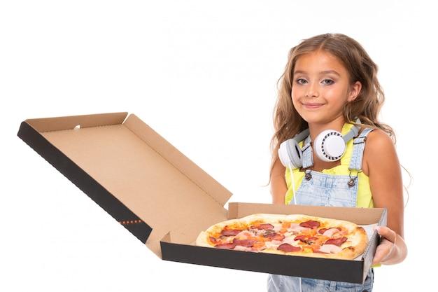 Adolescente com pizza na mão em um fundo branco e isolado