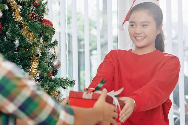 Adolescente com presente de natal