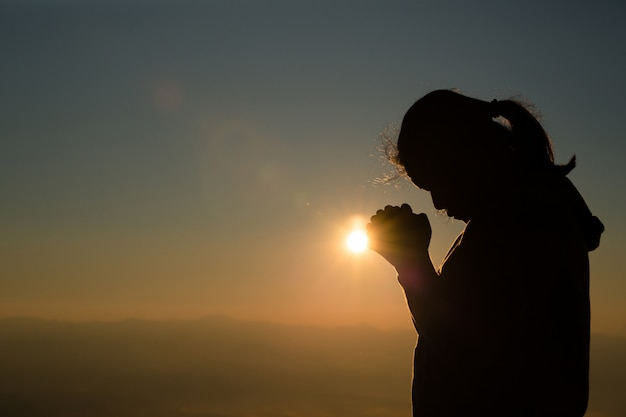 Adolescente com rezar. paz, esperança, conceito de sonhos.