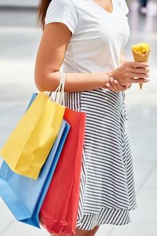 Adolescente com sacolas de compras