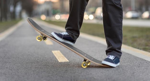 Adolescente com skate de perto