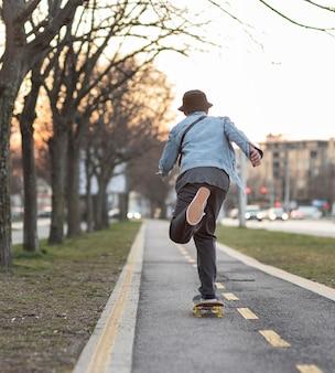 Adolescente com skate