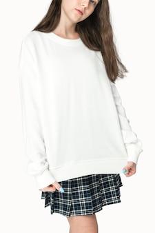 Adolescente com suéter branco vestuário retrato de estúdio
