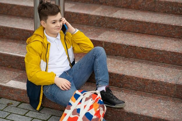 Adolescente com telefone celular