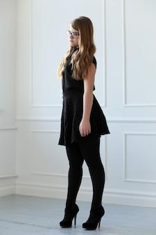 Adolescente com vestido elegante