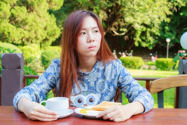 Adolescente comendo café da manhã