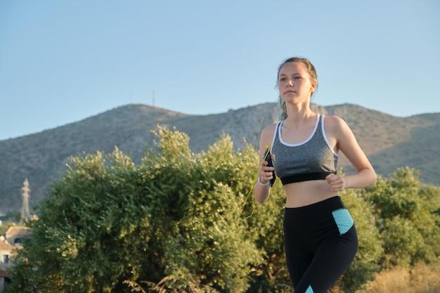 Adolescente correndo ao ar livre