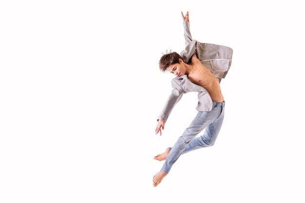 Adolescente dançarina de balé pulando descalço, isolado em um fundo branco.