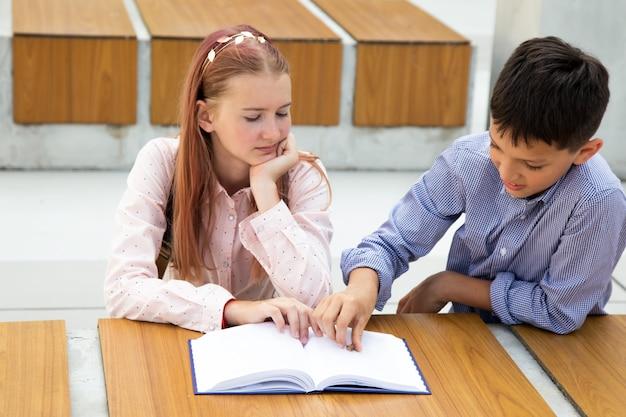 Adolescente de cabelo rosa lendo livro, estudante trouxe um besouro para ela