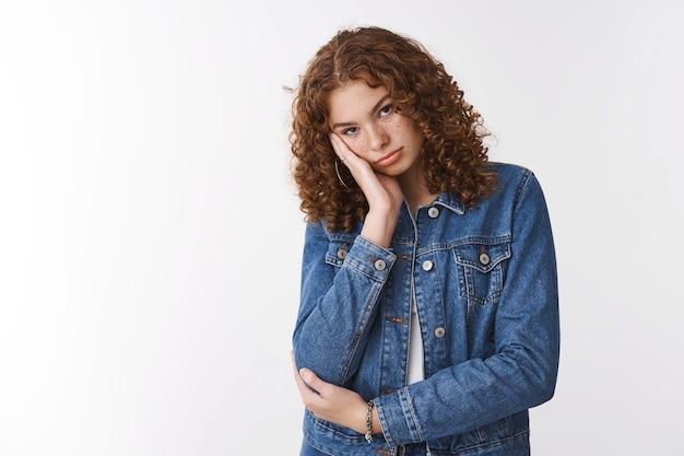Adolescente de cabelos cacheados ruiva ofendida, infiferente, triste, triste, entediado, cabeça magra, palma, amuado, insultado, ciumento.