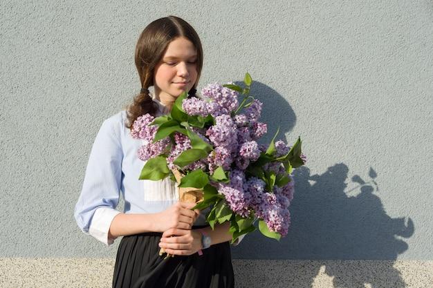 Adolescente de retrato com buquê de lilases