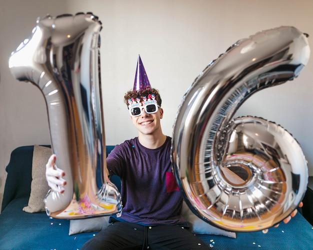 Adolescente de vista frontal comemorando aniversário