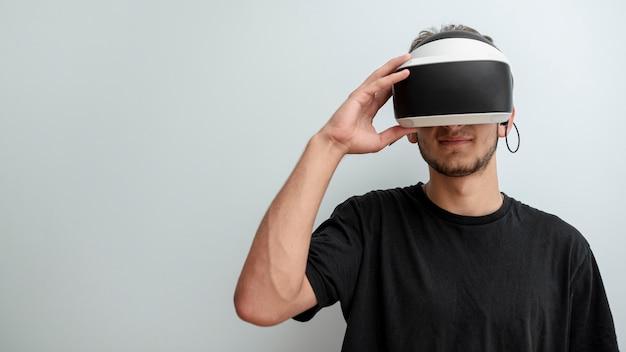 Adolescente de vista frontal usando óculos de realidade virtual