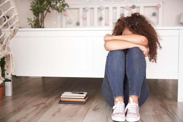 Adolescente deprimida em seu quarto