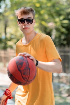 Adolescente descolado brincando com bola
