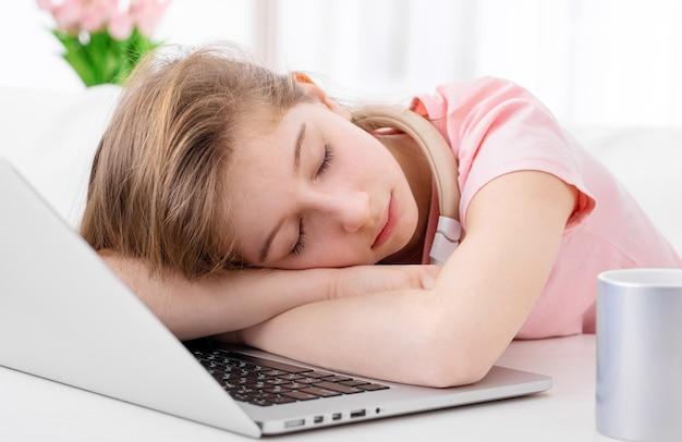 Adolescente dormindo na mesa