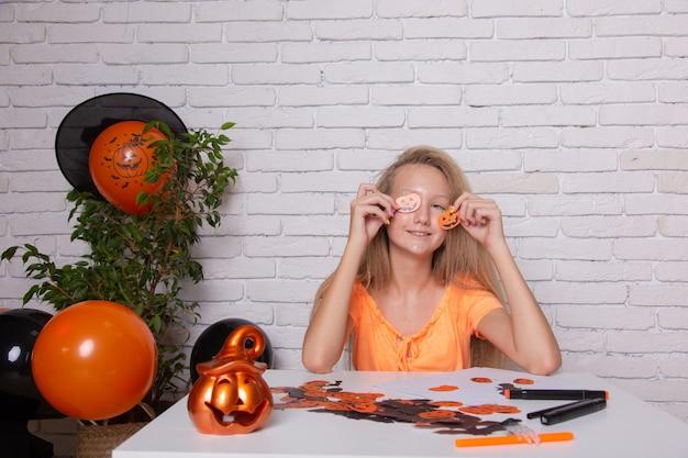 Adolescente em casa se preparando para o halloween