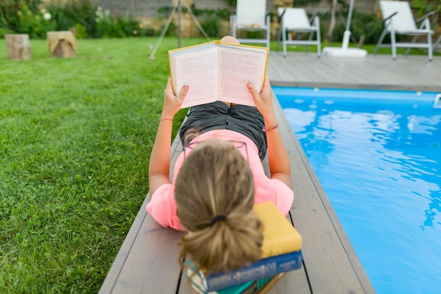 Adolescente em copos lê um livro