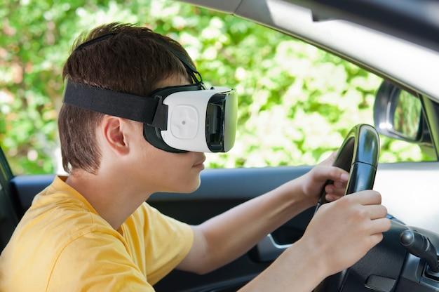Adolescente em óculos de realidade virtual, dirigindo um carro.