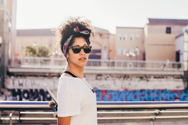Adolescente em óculos de sol de pé lá fora