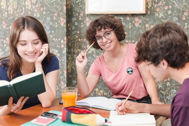 Adolescente, em, óculos, estudar, com, amigos
