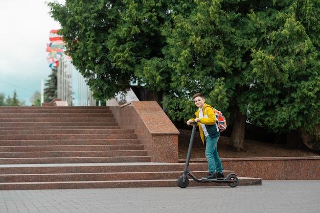 Adolescente em scooter elétrico.