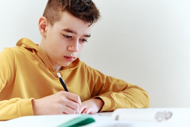 Adolescente escrevendo lição de casa em casa. conceito de educação