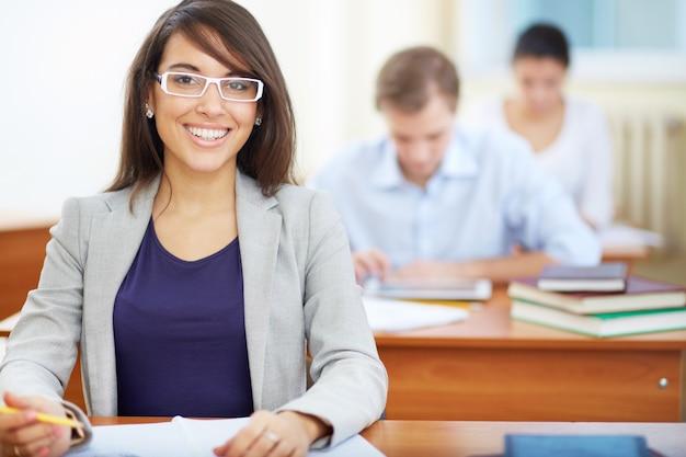 Adolescente esperto que faz um exame