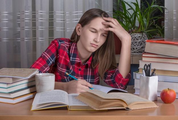 Adolescente está fazendo a lição de casa