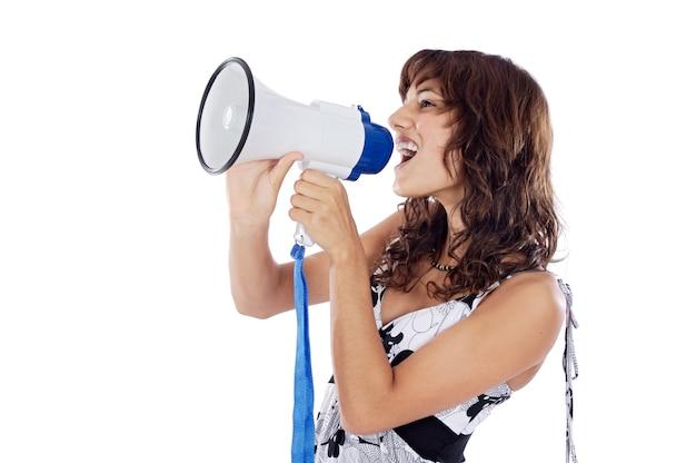 Adolescente falando através de um megafone sobre fundo branco
