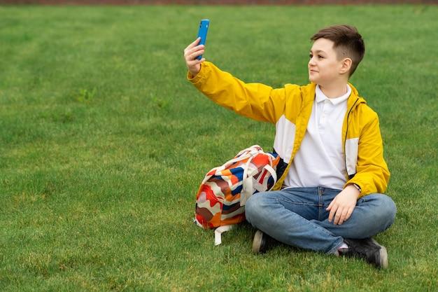 Adolescente falando em videochamada