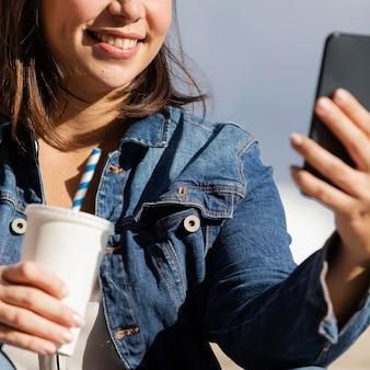 Adolescente falando uma selfie ao ar livre