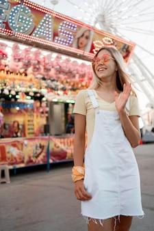 Adolescente feliz acenando para alguém
