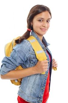 Adolescente feliz carregando uma mochila amarela