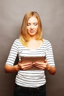 Adolescente feliz com tablet pc computador