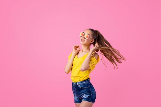 Adolescente feliz em pé com cabelo a voar