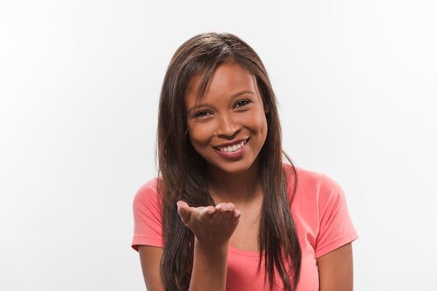 Adolescente feliz fazendo gesto com a mão direita