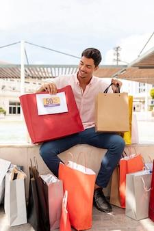 Adolescente feliz olhando para os sacos